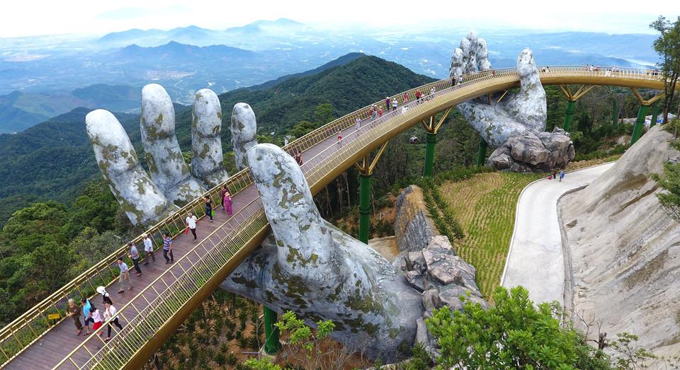 'Đôi bàn tay đỡ cây cầu Vàng' gây chú ý giữa trời Đà Nẵng